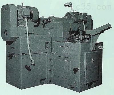 一、磨汽车零部件数控双端面磨床概述: 沈阳海默数控双端面磨床可以高效的进行平面加工的一种机床,他可以同时加工出两个具有高精度高和低表面粗糙度的平行两个端面。 二、磨汽车零部件数控双端面磨床结构: 1.沈阳海默磨汽车零部件数控双端面磨床磨削主轴采用德国FAG高精密轴承,主轴精度指标小于1微米。应用进口ABB 11Kw大功率电机及配用直径305mm的CBN树脂砂轮,大大提高了机床的磨削能力。 2.